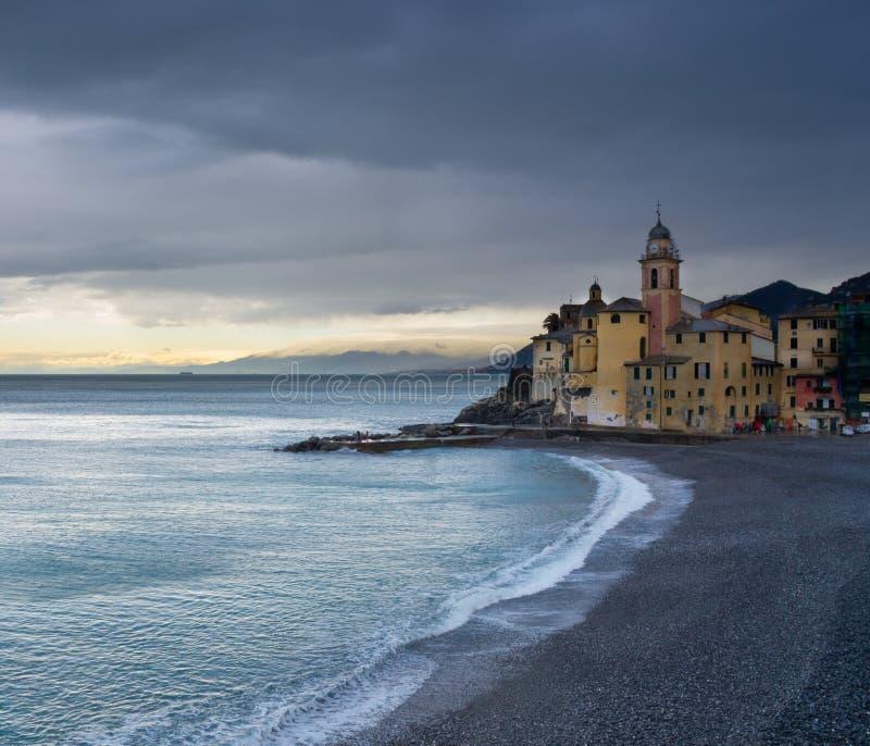 Strand och byggnader, Camogli, Italien royaltyfri bild