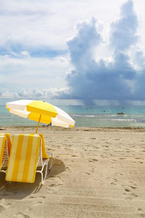 Strand och duschar på havet arkivfoto