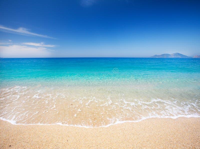 Strand och härligt tropiskt hav royaltyfria bilder