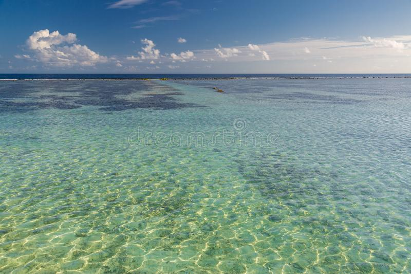 Strand och härligt tropiskt hav Karibiskt sommarhav med blått vatten Vit fördunklar på en blå himmel över sommarhavet Tropiskt ha arkivfoto
