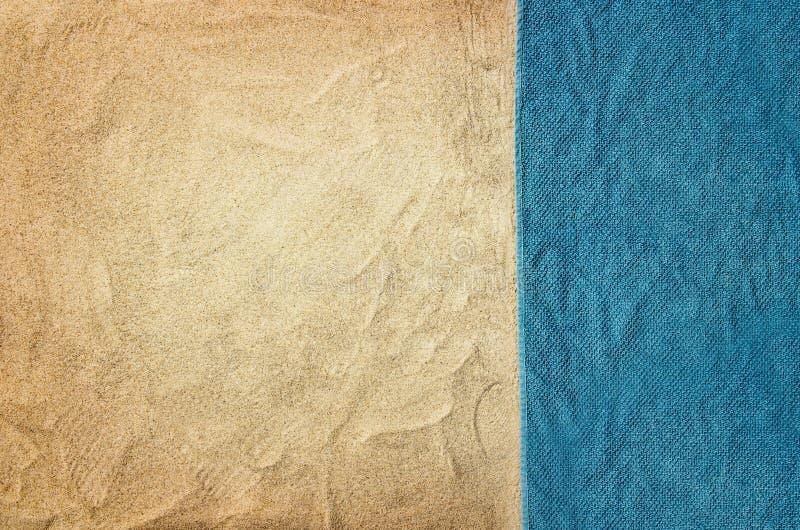 Strand och handduk för bästa sikt sandig Bakgrund med kopieringsutrymme arkivbild
