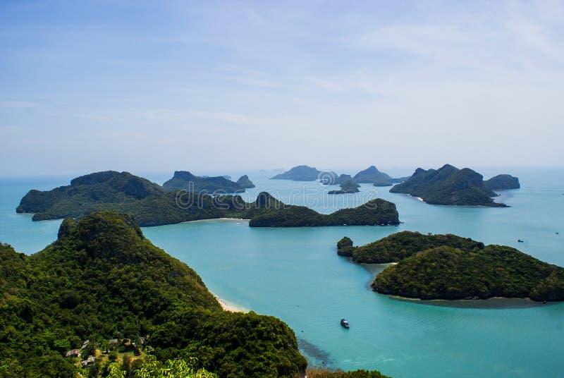 Strand och kokospalmer p? en ? av Mu Ko Ang Thong National Marine Park n?ra Ko Samui i golf av Thailand, Surat Thani arkivfoto