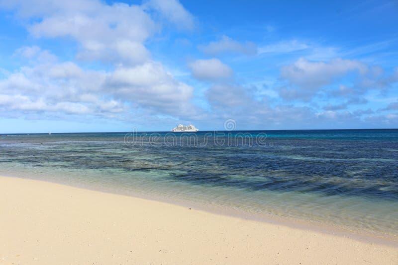 Strand och kryssningskepp i en ö av Fiji fotografering för bildbyråer