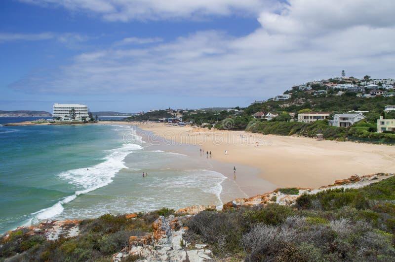Strand och kustlinje med hus på den Plettenberg fjärden i södra Afri royaltyfri bild