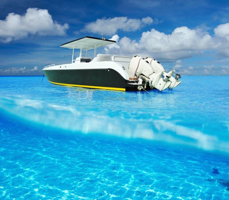 Strand och motoriskt fartyg arkivfoto