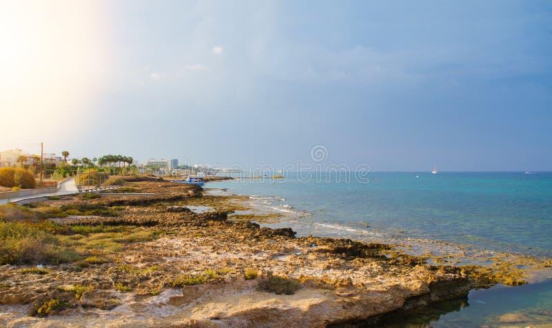 Strand och promenad i Protaras, Cypern, medelhav Havsstranden kopplar av, det utomhus- loppet royaltyfri fotografi