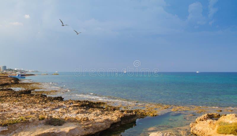 Strand och promenad i Protaras, Cypern, medelhav Havsstranden kopplar av, det utomhus- loppet fotografering för bildbyråer