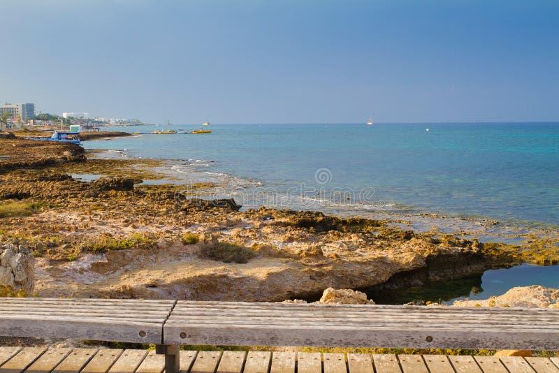 Strand och promenad i Protaras, Cypern, medelhav Havsstranden kopplar av, det utomhus- loppet royaltyfria foton