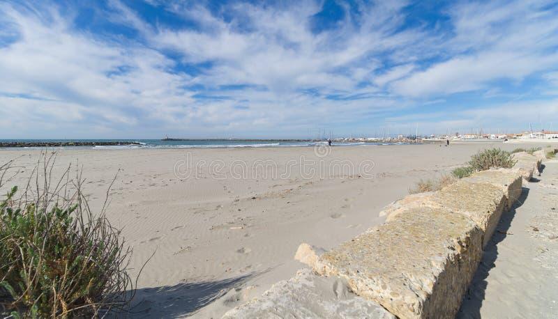 Strand och promenad - Saintes Maries de la Mer - Camargue Provence - Frankrike royaltyfri bild