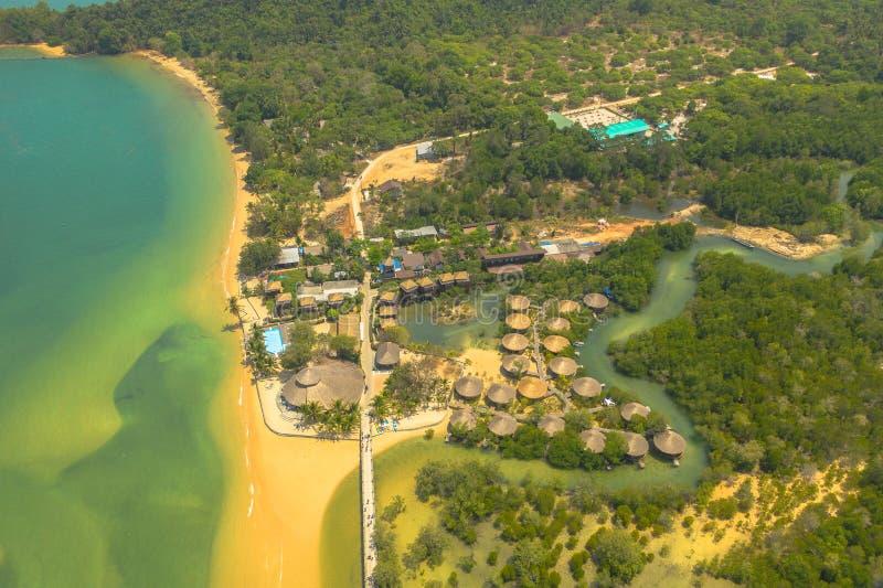 strand och semesterort för flyg- sikt i den Mae Mai golfen royaltyfri bild
