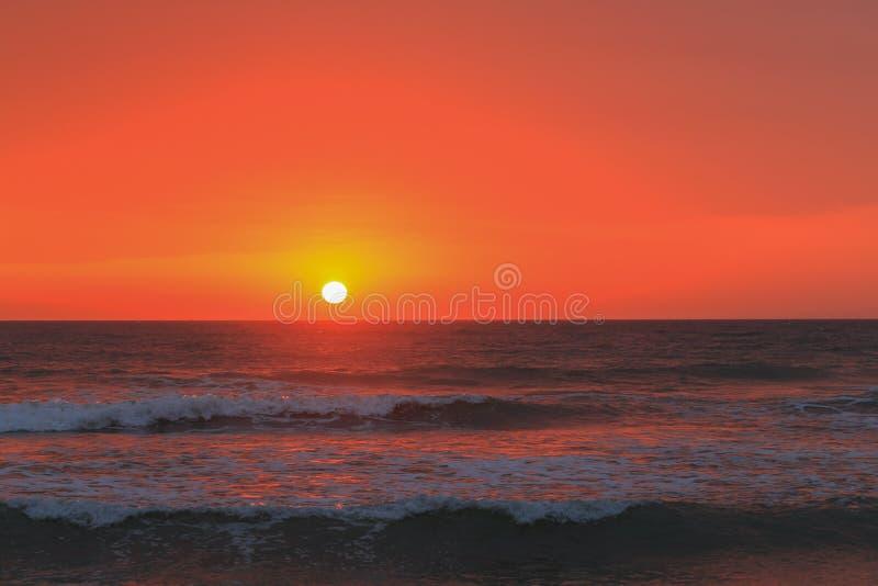 Strand och solnedgång royaltyfria bilder