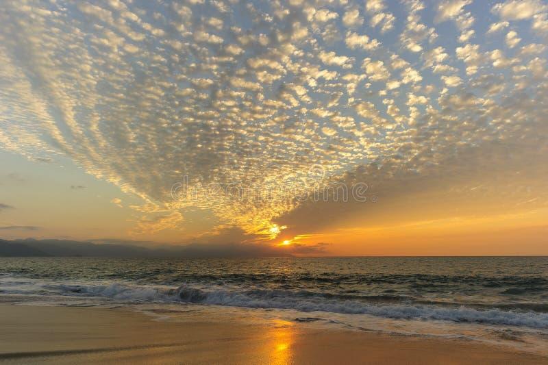Strand och solnedgånghimmel royaltyfri foto