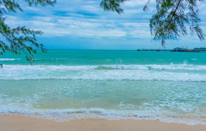 strand och tropiskt hav p? bakgrund f?r bl? himmel arkivbild