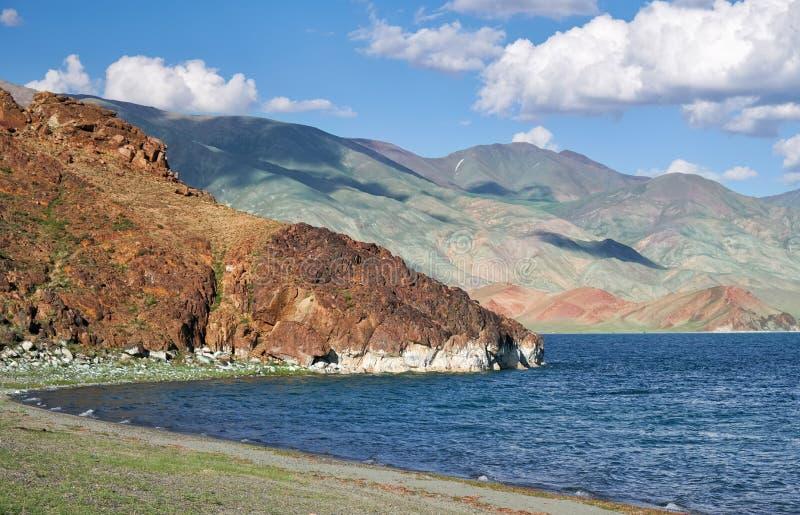 Strand op de kust van Mongools meer tolbo-Nuur dat door mo wordt omringd stock afbeeldingen