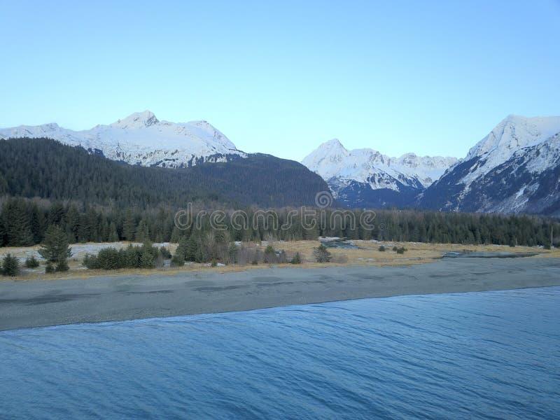 Strand op de rand van de wildernis in Alaska royalty-vrije stock fotografie