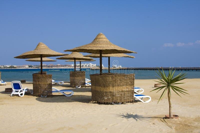 Strand op een zonnige dag. Egypte. royalty-vrije stock afbeelding