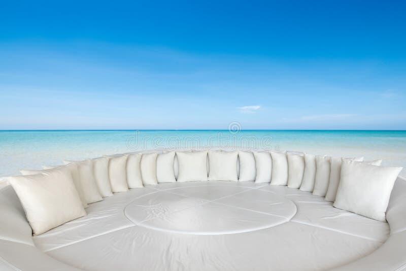 Strand op een zonnige dag met banken bij zitkamer, Reis en vacatio stock foto's