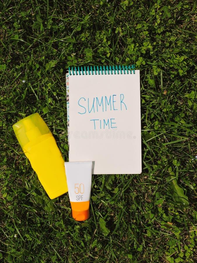 Strand op witte achtergrond wordt geplaatst die Het gaan op een Reis De vakantieconcept van de zomer De hoogste punten van de men royalty-vrije stock fotografie