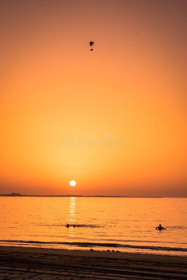 Strand op zonsondergang stock foto