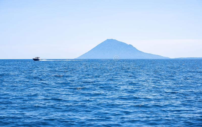 Strand på den Bunaken ön i Madnado, norr Sulawesi royaltyfria bilder