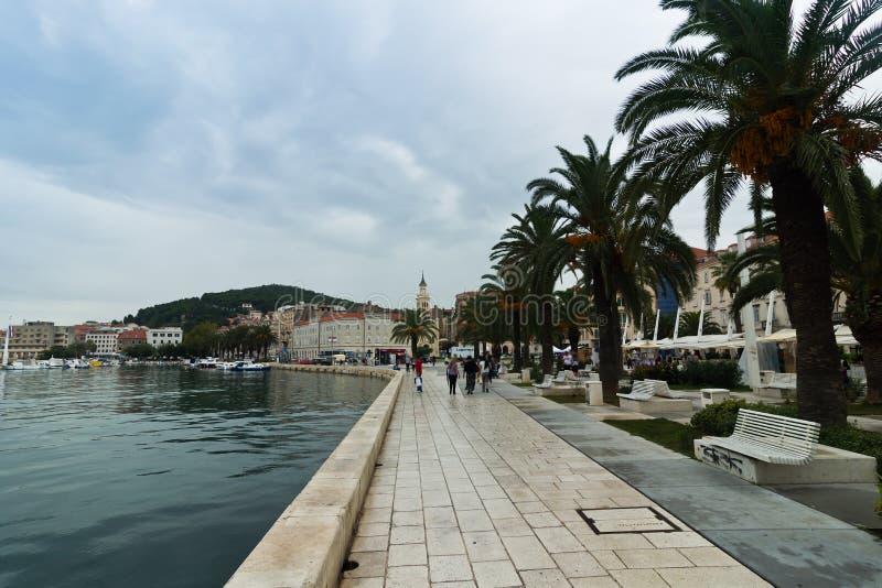 Strand på hamnen av splittring, Kroatien arkivbilder