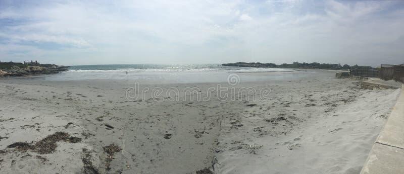 Strand på slutet av Cliff Walk royaltyfria bilder