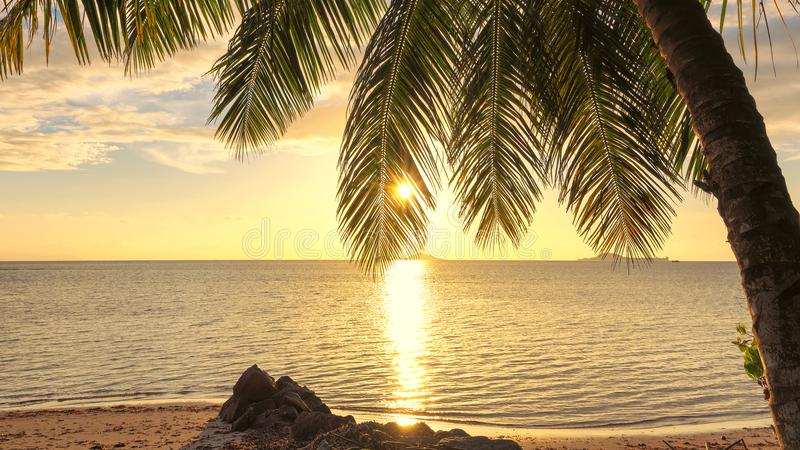 Strand på solnedgången på den tropiska ön royaltyfria bilder
