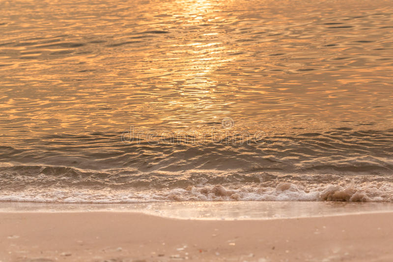 Strand på solnedgångtiden arkivbild