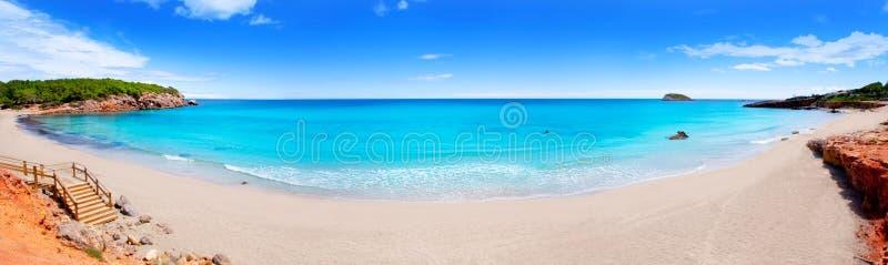 Strand in panoramisch eiland Ibiza stock foto's