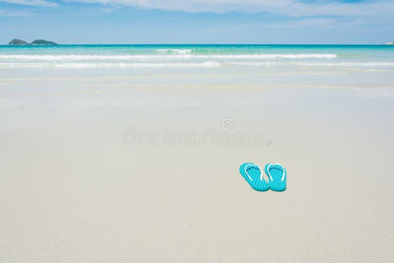 Strand, pantoffels op tropisch strand royalty-vrije stock foto