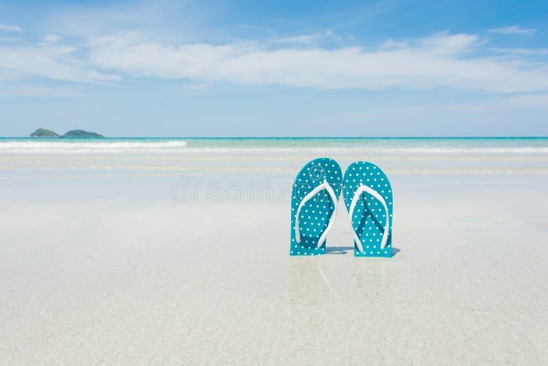 Strand, pantoffels op tropisch strand stock afbeelding