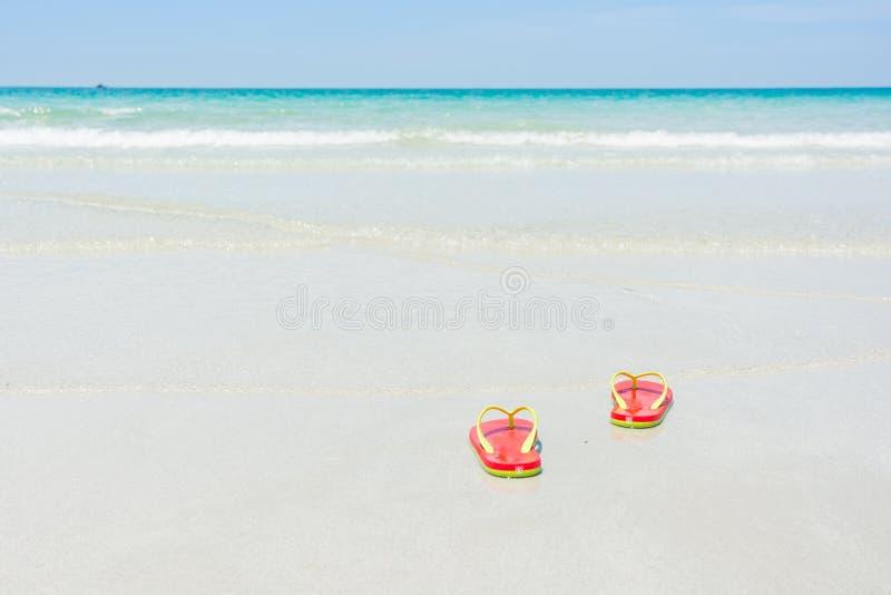 Strand, pantoffels op tropisch strand royalty-vrije stock afbeeldingen