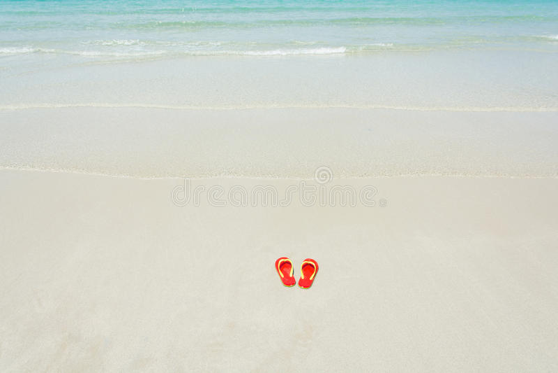 Strand, pantoffels op tropisch strand royalty-vrije stock fotografie