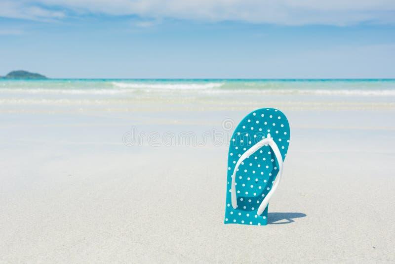 Strand, pantoffels op tropisch strand royalty-vrije stock afbeelding
