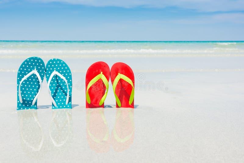 Strand, pantoffels op tropisch strand stock foto's