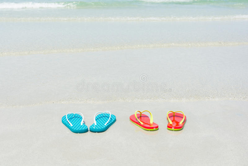 Strand, pantoffels op tropisch strand royalty-vrije stock foto's