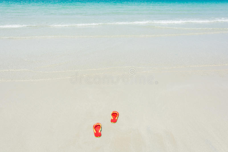 Strand, pantoffels op tropisch strand stock foto
