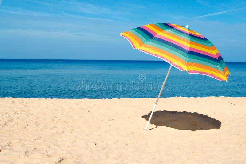 Strand-Regenschirm stockfotografie