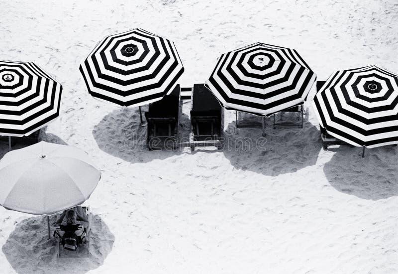 Strand-Regenschirme stockbild