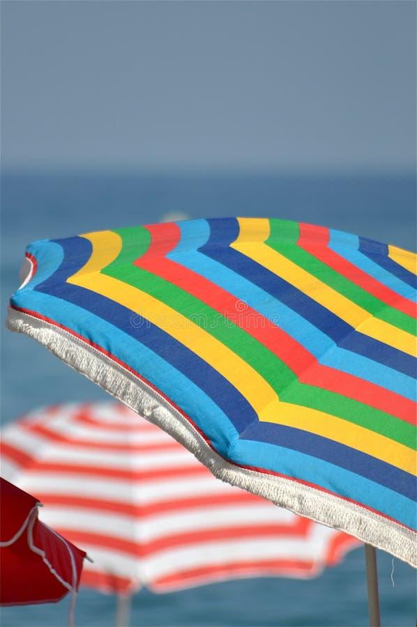 Strand-Regenschirme stockfotografie