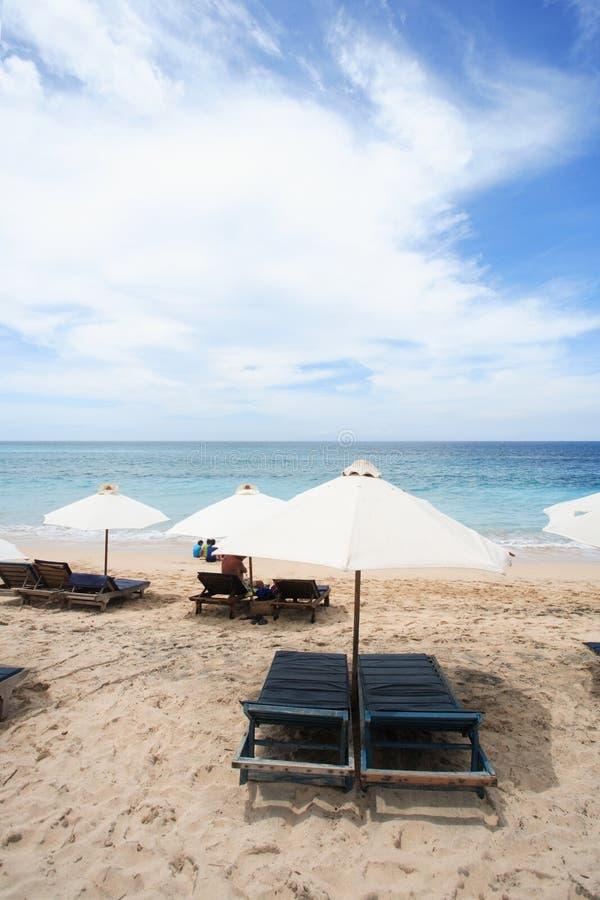 Download Strand-Regenschirme stockbild. Bild von relax, blau, ozean - 861795