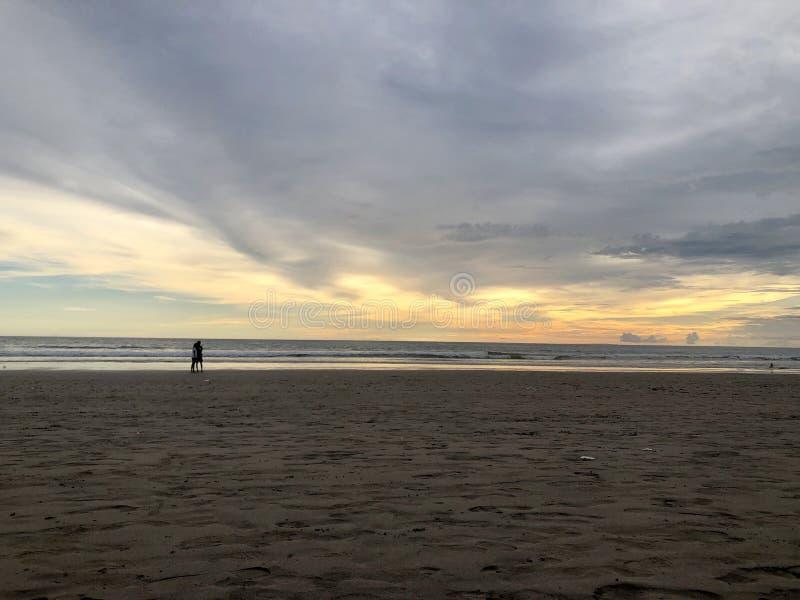 strand sedd solnedg?ng Det ?r mycket h?rligt Strand och solnedg?nghimmel arkivbilder
