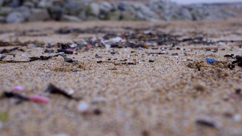 Strand som förorenas med plast- royaltyfri fotografi