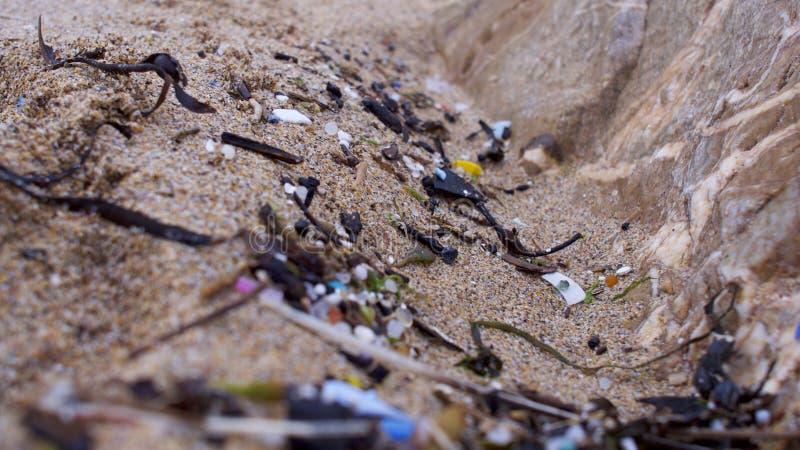Strand som förorenas med plast- arkivbild