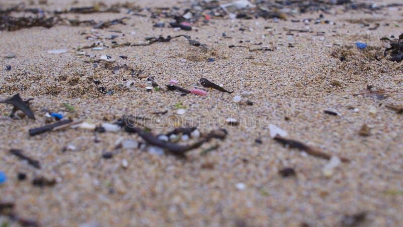Strand som förorenas med plast- royaltyfria bilder
