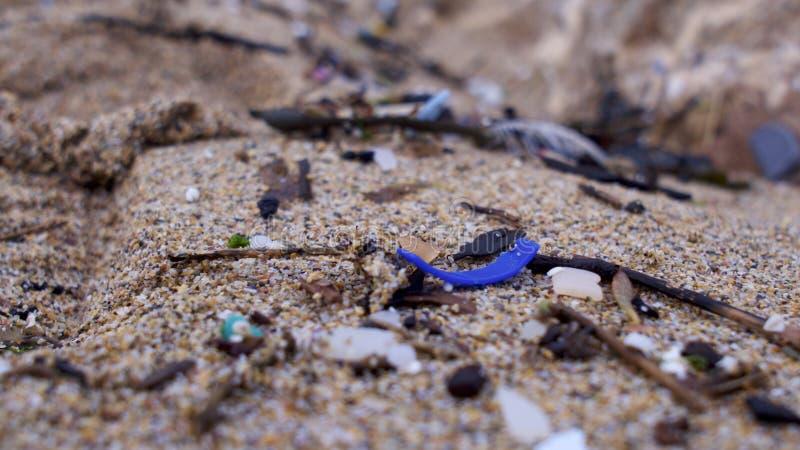 Strand som förorenas med plast- fotografering för bildbyråer