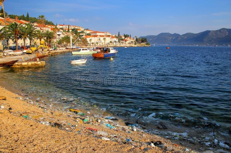 Strand som förorenas med plast- avskräde på den Korcula ön, Kroatien arkivfoto