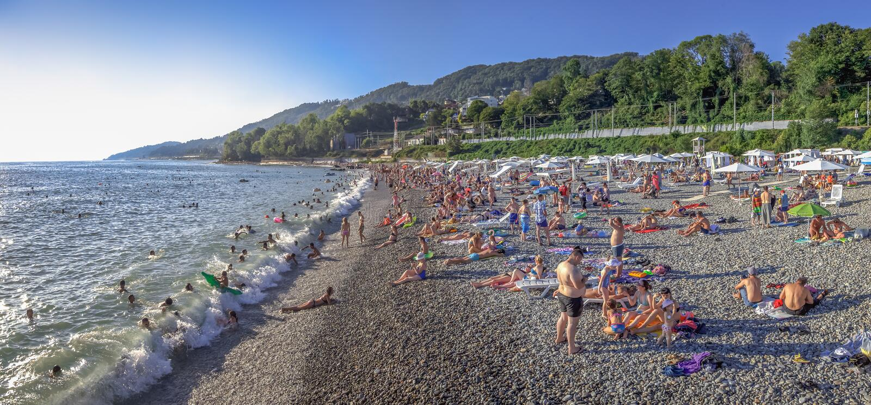 Strand in Sotchi in de zomer Microdistrict Mamayka, Rusland royalty-vrije stock fotografie