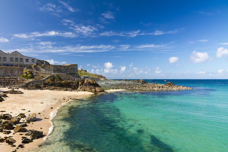 Strand in St. Ives met blauwe hemel, Cornwall, Engeland royalty-vrije stock fotografie