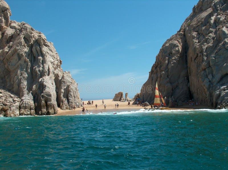 Strand-Szene mit Felsen lizenzfreies stockfoto
